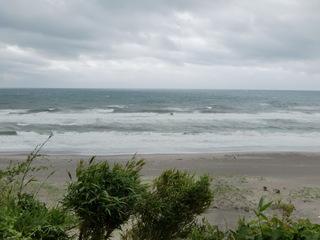 海は大シケ。