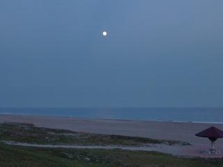 中秋の名月、海