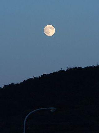 中秋の名月、山