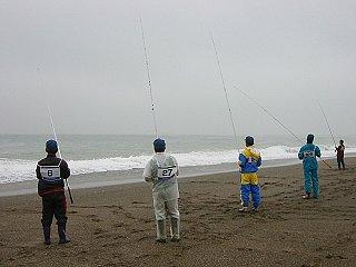 荒れ模様の表浜の釣り師を追ってみました。皆様か合羽の色を覚えておいてね。写真左から、獏釣さん・きんどん・よこちゃん・タツロー君です。
