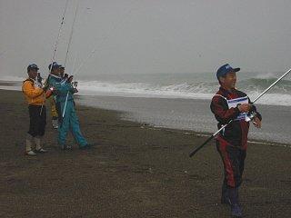 最初は皆の一番左端氏にいた獏釣さんが、一番右端に移動です。