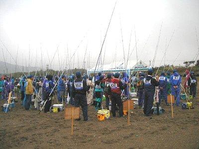 参加選手が、ゼッケン番号ごとにテント前に全員集合!スタートの時を待ちます。