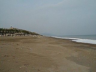 会場から掘切方面を撮影した写真です。片山13里と称される明媚な海岸が続きます。