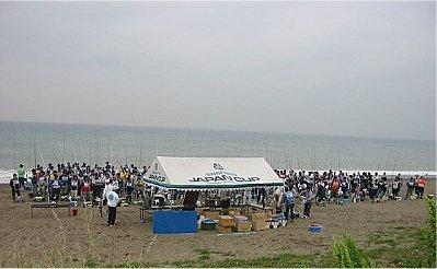 主催者のテント前で試合ルールの説明などを聞きます。