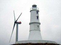 鮫島の灯台と風車の写真です。