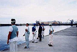 鵜殿港で服部さんからポイントを教わる陸戦隊。