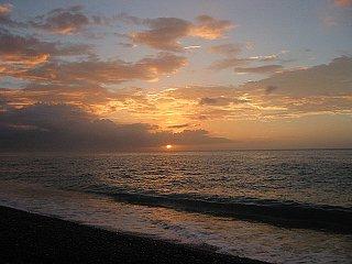 七里御浜に朝日。