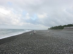 釣り座を構えた海岸風景右