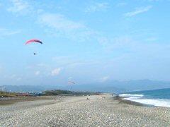 七里御浜を飛んでいたハンググライダーです。